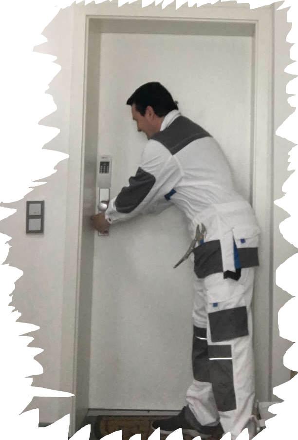 Monteur Karl vom Schlüsseldienst Herzogenrath Kohlscheid Merkstein im Einsatz beim Tür öffnen